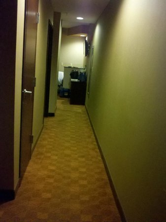 Comfort Suites : The long hallway into room.