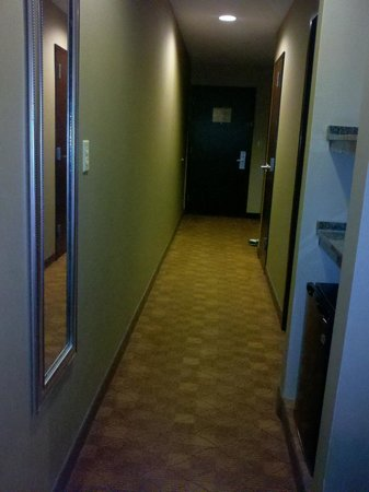 Comfort Suites : View from actual bedroom down to the front door.