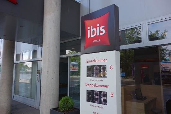 Ibis Berlin Ostbahnhof: entrance
