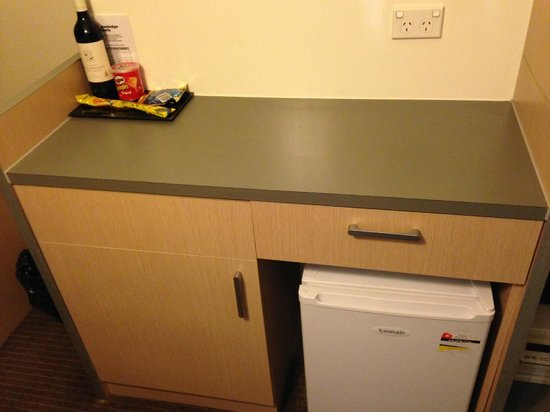 Travelodge Hotel Newcastle : rm 211 mini bar/fridge area