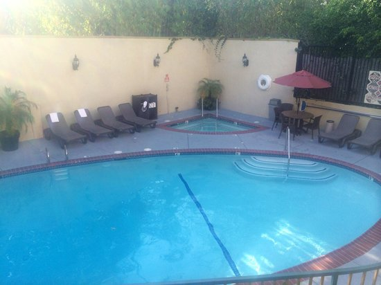 Best Western Hollywood Plaza Inn: piscina micro onde bate pouco sol.