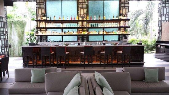 Shangri-La Hotel Jakarta: Bar near the pool