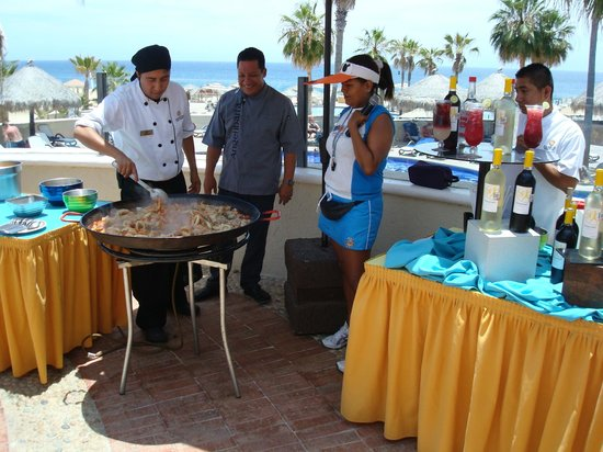 Sandos Finisterra Los Cabos : Pool area - Cooking Paella with Finisterra Hotel Chef