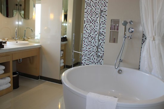 Centara Grand at CentralWorld : The same for the bathroom