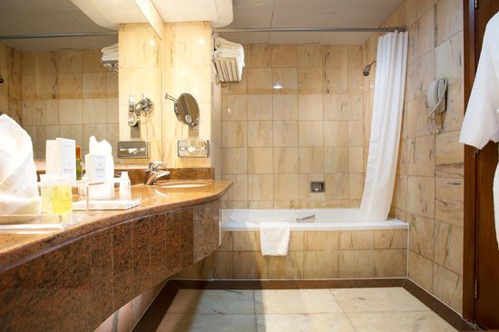 Danat Al Ain Resort: Villa bathroom