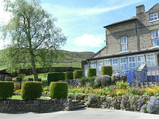The Devonshire Fell Hotel: Hotel and side garden