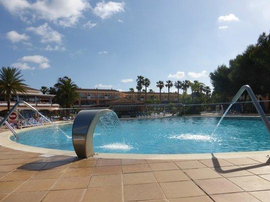 Hotel Apartamentos Princesa Playa: Sat around the top pool