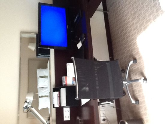 Holiday Inn Xi'an Greenland Century City: Desk and TV