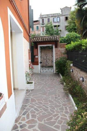 Ca' San Rocco: Дорожка от калитки до входа