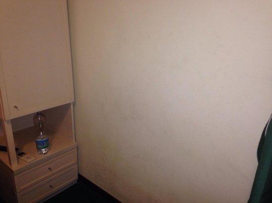 New Morpheus Rooms: Muri sporchi
