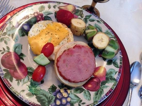 Blue Gables Bed & Breakfast: delicious breakfast!