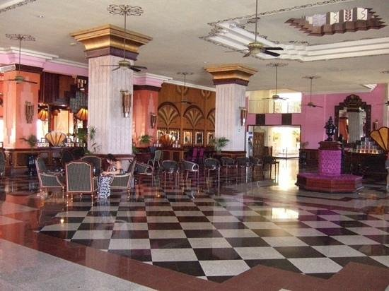 Hotel Riu Vallarta : The Lobby area showing the Art Deco design and pink colour theme