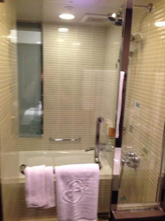 Hotel Brighton City Osaka Kitahama : Bathroom - Shower and Bath Tub