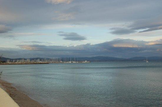 Hotel Lido Beach : Vue de Hyeres depuis la place de l'hôtel.
