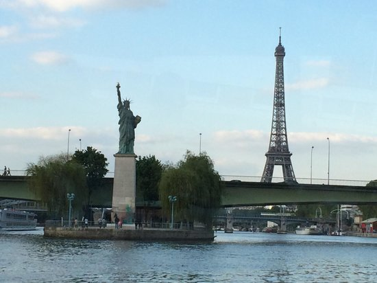 PARISCityVISION : Eiffel Tower and Statue of Liberty side by side. View from the cruise