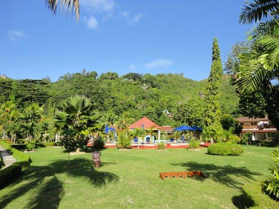 Berjaya Praslin Resort - Seychelles: jardin et piscine