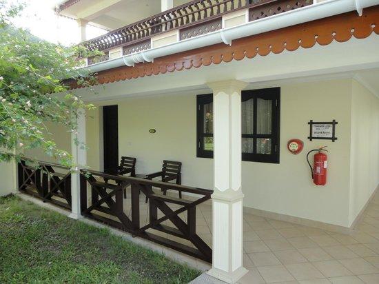 Berjaya Praslin Resort - Seychelles: terrasse et entrée chambre de luxe