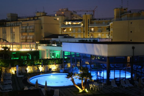 Igea Suisse Hotel Terme : la piscina di sera