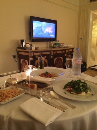 The Leela Palace New Delhi: Room service !