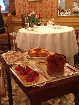 Paul Bocuse, Auberge du Pont de Collonges : one of four dessert carts
