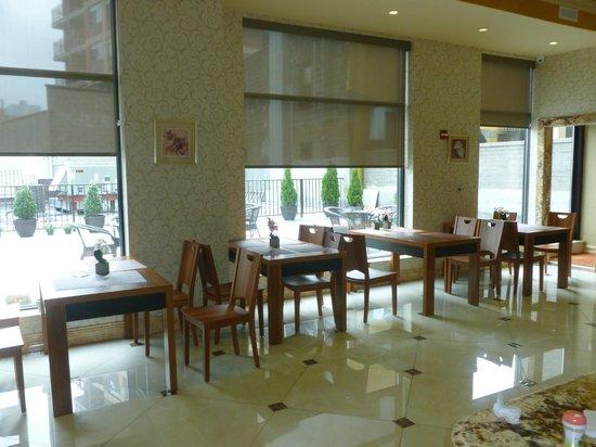 Ramada Flushing Queens: Breakfast Area