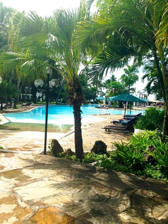 Southern Palms Beach Resort: Pool and garden area