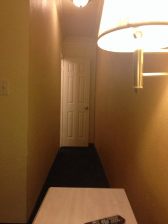 Americas Best Value Inn & Suites: Corridor to bathroom