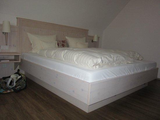 Brauereigasthof Schneider: Large comfortable bed