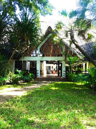 Southern Palms Beach Resort : Entrance to hotel via pool area