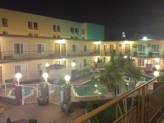Americas Best Value Inn & Suites: View of pool at night
