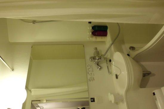 APA Hotel Ginza Kyobashi: Decent bathrooms