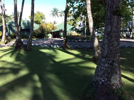 Truk Blue Lagoon Resort: walking to the lobby and restaurant