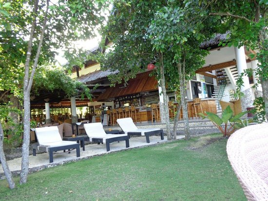 Dolphin-House Resort-SPA-Diving: This is the bar area with relaxing bed facing the sea