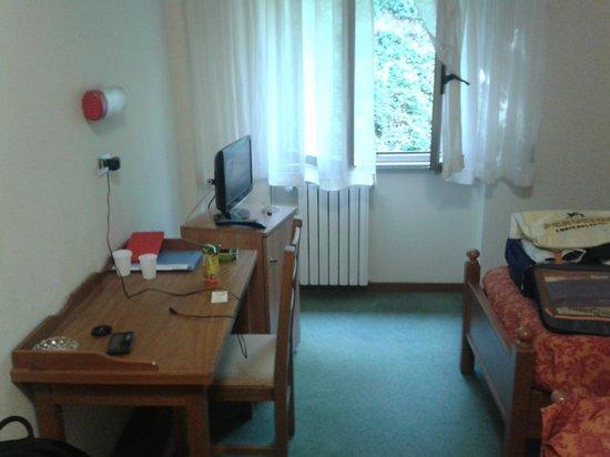 Ilgo Hotel : La scrivania con la tv