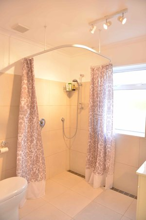 Falconer Lodge: Shared Bathroom
