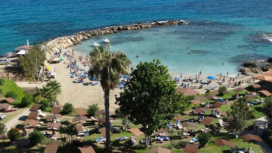 Cavo Maris Beach Hotel: The beautiful cove and gardens