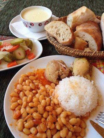 Zeytin Cafe ve Ev Yemekleri: Dried beans & chicken haşlama, sutlaç