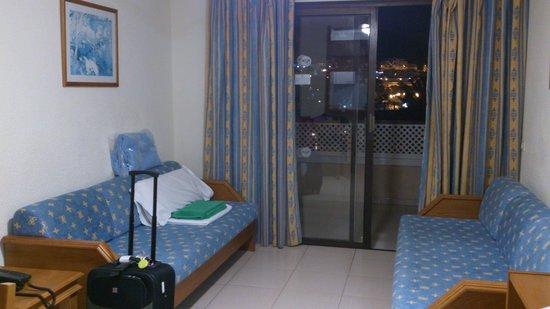 Aparthotel Parque de la Paz: Main room with two single sofa beds
