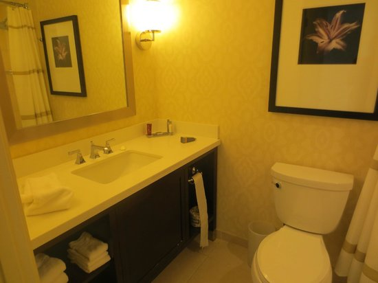 Peoria Marriott Pere Marquette: Large, clean bathroom