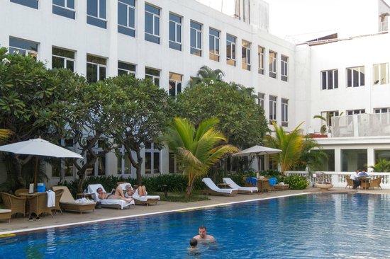 Vivanta by Taj - Connemara, Chennai: Pool and Garden Courtyard