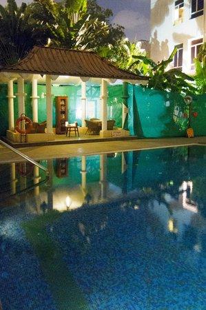 Vivanta by Taj - Connemara, Chennai: Pool and courtyard in the evening