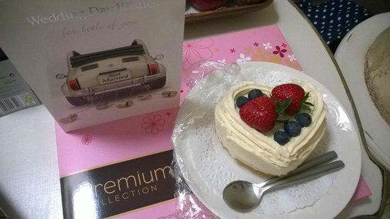 Gramarye Suites B&B: Our lovely gift and cake made by Molly