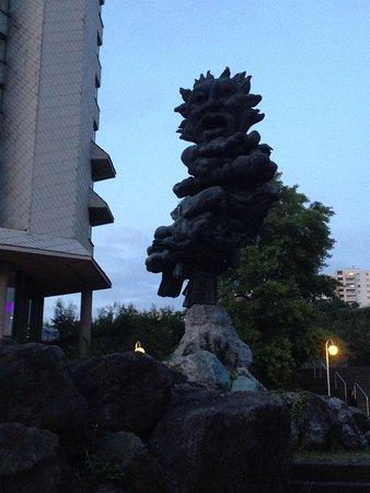 Mercure Hotel Hagen: Strange sculpture outside hotel