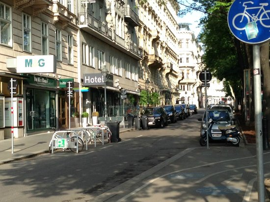 Das Opernring Hotel: Front entrance to Opernring Hotel