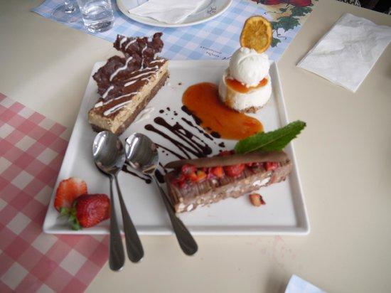 Agioli Restaurant: Dessert dont le fameux cheesecake en haut à droite avec la glace au thé vert