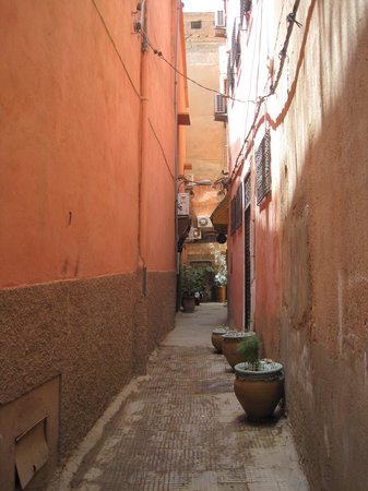 Riad Andalla: Tucked around two small alleyways from the famous square