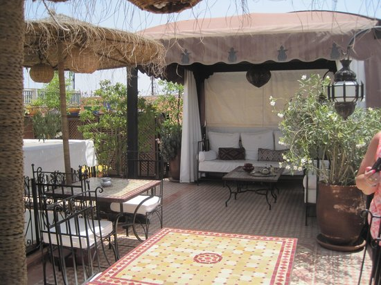 Riad Andalla: The sun catching roof terrace which overlooks the square