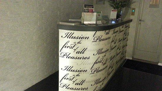 Hotel Caravita : Reception desk
