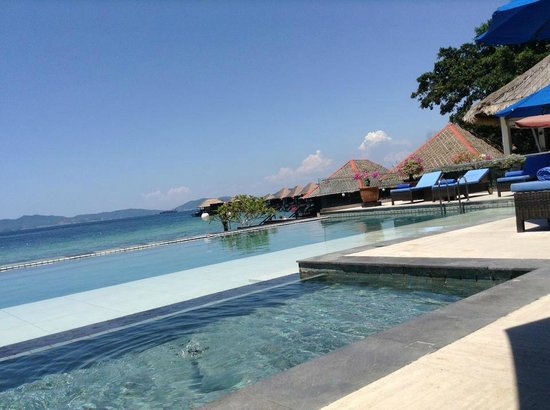 Gayana Marine Resort: Pool/Restaurant view (sorry for the angle)