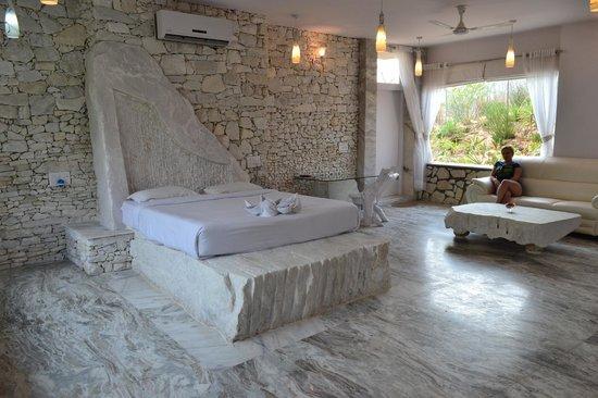 Lohagarh Fort Resort Jaipur : Room 9 or white room)